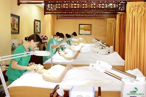 Các chuyên viên đang chăm sóc da cho khách hàng