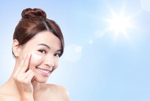 Thoa kem chống nắng giúp làn da được bảo vệ
