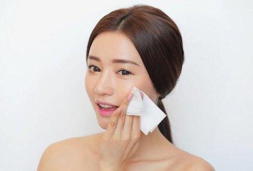 Tẩy trang là bước đầu tiên cần thực hiện trước khi bắt đầu chu trình dưỡng da ban đêm.
