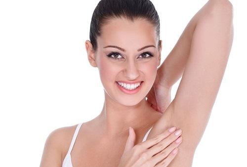 Tẩy tế bào chết thường xuyên giúp vùng da dưới cánh tay sáng mịn