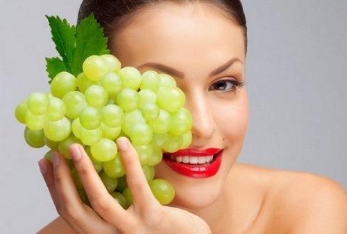 Trong nho chứa khoảng 65-85% nước cùng các axit và nhóm vitamin B, A, C. Chính nhờ các dưỡng chất này mà nho đem đến vô vàn công dụng như trị mụn, ngăn chặn quá trình lão hóa, đồng thời giảm thâm nám hiệu quả. Bạn chỉ cần nghiền nát một vài trái nho và đắp trực tiếp lên mặt. Để khô sau đó rửa sạch mặt bạn sẽ thấy hiệu quả tức thì.