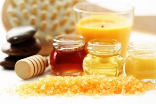 Chưng đường mật ong ở nhiệt độ cao, tiếp đến để hơi nguội rồi chà lên vùng chân. Sau đó dán một miếng vải sạch lên, chờ 5 phút thì lột ngược chiều lông mọc. Thao tác cuối cùng này nên làm nhanh và dứt khoát giúp cảm giác đau sẽ không còn. Đây là phương pháp tẩy lông đem đến hiệu quả nhanh chóng được nhiều bạn gái áp dụng.
