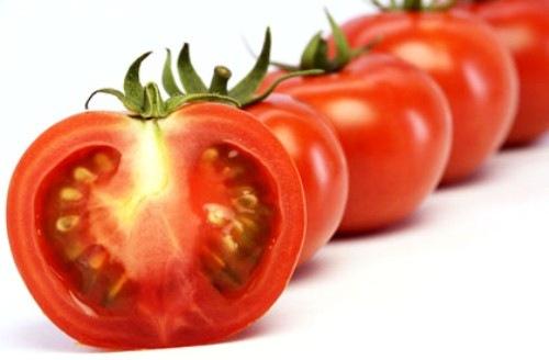 Cà chua có khả năng hỗ trợ sự lưu thông máu đến vùng da nổi mụn và loại bỏ bụi bẩn, dầu thừa trên da. Theo đó bạn cần chuẩn bị một quả cà chua, tiếp đến thái lát rồi chà lên vùng da bị mụn, kết hợp mát xa nhẹ nhàng giúp các dưỡng chất thẩm thấu thì rửa lại với nước lạnh, thấm khô bằng khăn mềm.