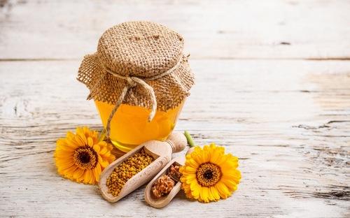 Mật ong được mệnh danh là thần dược làm đẹp, bên cạnh khả năng nuôi dưỡng làn da trắng sáng, nguyên liệu này còn giúp ngăn ngừa và trị mụn rất hiệu quả. Theo đó bạn có thể sử dụng 1 lượng mật ong vừa đủ tiếp đó thoa lên vùng bị mụn, kết hợp mát xa nhẹ nhàng, lưu lại chừng 10 phút thì rửa lại với nước ấm.