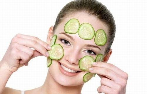 Dưa chuột chứa nhiều nước có tác dụng làm mát, dịu da nên được sử dụng rộng rãi trong việc làm đẹp, điều trị da. Theo đó bạn có thể dưa leo thành lát mỏng, tiếp đó rửa sạch mặt rồi đắp lên vùng mặt. Kết hợp thư giãn trong vòng 10 phút thì rửa lại với nước lạnh.