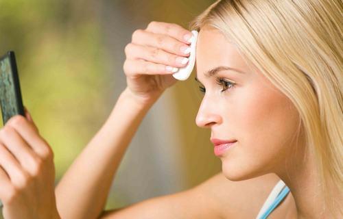 Tẩy trang là bước đầu tiên trong khâu làm sạch, giúp làn da của bạn luôn khỏe mạnh