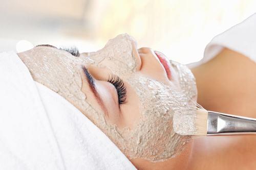 Mặt nạ làm từ bột yến mạch có tác dụng dưỡng da và se khít lỗ chân lông rất hiệu quả, thích hợpcho những cô nàng sở hữu da dầu.