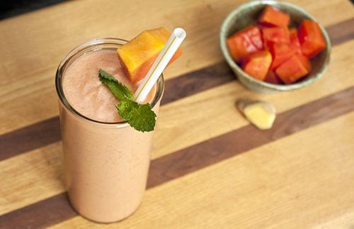 Đu đủ kết hợp với sữa chua giúp tăng cường trao đổi chất, cải thiện cấu trúc da. Cà chua bi chứa nhiều dinh dưỡng hơn các loại cà chua khác. Lượng vitamin C khổng lồ từ cà chua bi và đu đủ sẽ giúp bạn duy trì vẻ trẻ đẹp lâu dài, cơ thể cũng được tăng sức đề kháng, chống lại các bệnh cảm cúm thường gặp trong mùa thu đông nà