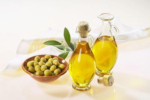 Tinh dầu oliu là nguyên liệu làm đẹp rất được chị em ưa chuộng