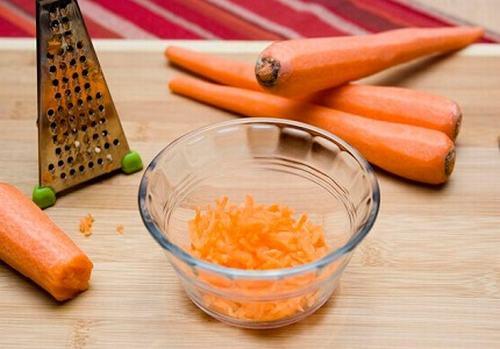 Kết hợp cà rốt với lòng trắng trứng lại với nhau sẽ giúp dưỡng trắng và tăng hiệu quả chống lão hóa lên gấp đôi.