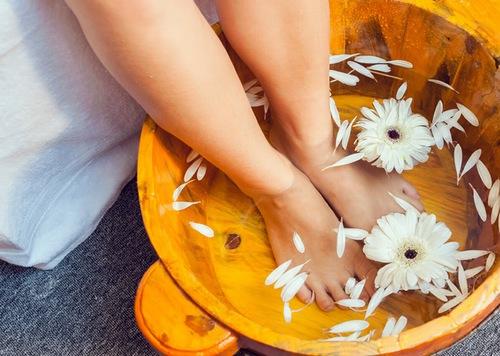 Ngâm chân mỗi ngày có tác dụng làm mềm da,