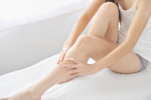 Lông chân thưa dần, đồng thời da sáng mịn và đều màu nhờ phương pháp tẩy lông chân tại nhà bằng mật ong và bột yến mạch.
