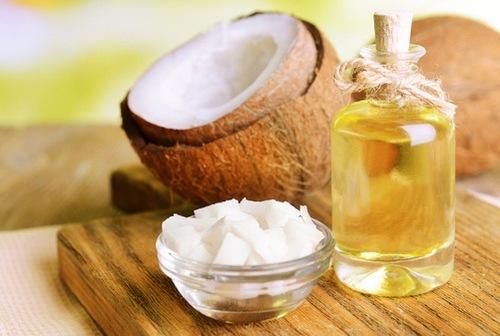 Bên cạnh khả năng dưỡng ẩm, dầu dừa còn đem đến tác dụng dưỡng da hiệu quả, theo đó bạn chỉ cần sử dụng nguyên liệu này với lượng vừa đủ. Sau khi tắm bạn thoa dầu dừa lên, kết hợp mát xa nhẹ nhàng giúp các dưỡng chất thẩm thấu. Thư giãn chừng 5 - 6 phút thì rửa lại với nước lạnh, thấm khô bằng khăn mềm.