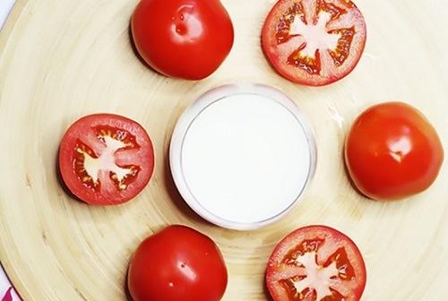 Nếu đang bí bách trong việc dưỡng trắng da nhờn thì hỗn hợp nước ép cà chua, sữa tươi giúp bạn hạn chế tăng sinh của tuyến bã nhờn đem lại làn da căng mịn như mong muốn. Tương tự như cách trên là thoa hỗn hợp lên cơ thể, kết hợp mát xa nhẹ nhàng rồi rửa lại bằng nước lạnh.