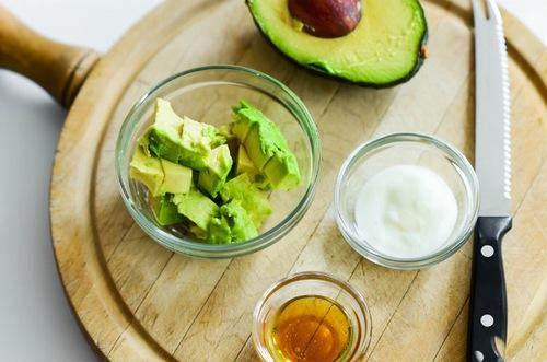 Bơ giàu vitamin A có tác dụng lột bỏ lớp da chết, thúc đẩy việc sản xuất collagen giúp da đàn hồi, kết hợp với sữa chua đem lại sự mềm mịn, trắng sáng cho làn da. Đây là hỗn hợp được chị em sử dụng nhiều trong phương pháp làm trắng da khô