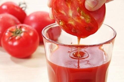 Cà chua là loại quả lành tính có khả năng dưỡng trắng cho làn da nhạy cảm. Đặc biệt hơn, nguyên liệu này chứa hàm lượng vitamin C khổng lồ và chất chống oxy hóa giúp làn da trắng sáng và tươi trẻ tự nhiên.