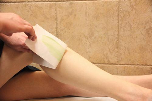 """Waxing là cách tẩy lông tại nhà """"cao cấp"""" hơn so với cạo hoặc dùng kem tẩy"""