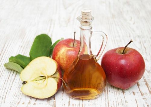 Cũng giống như chanh, giấm táo có tính axit mạnh đem đến khả năng loại bỏ violong hiệu quả. Rất đơn giản, bạn chỉ cần chà lên nguyên liệu này lên da, kết hợp mát xa nhẹ. Thư giãn chừng 4 - 5 phút thì rửa lại bằng nước ấm, thấm khô bằng khăn mềm. Áp dụng đều đặn 3 lần/ tuần để thấy hiệu quả rõ rệt.
