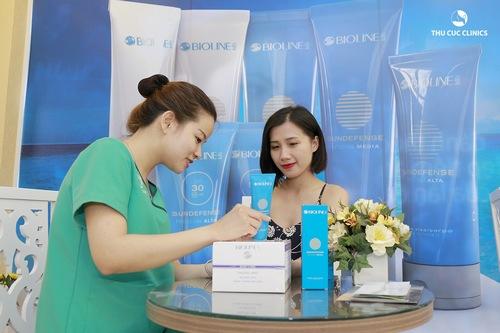 Chuyên viên tư vấn hướng dẫn khách hàng cách chăm sóc da sau khi triệt lông mép tại nhà