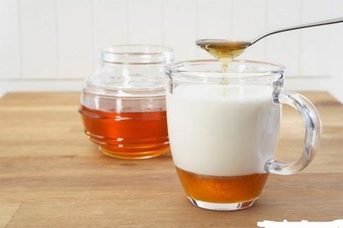 Mật ong sữa tươi là hỗn hợp tắm trắng lành tính, mang đến hiệu quả cho phái đẹp