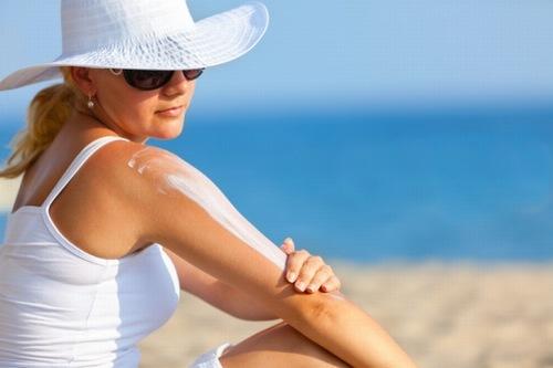 Sau khi tắm trắng, bạn nên bảo vệ làn da tránh tiếp xúc với ánh nắng mặt trời