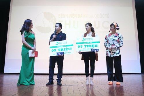 """Hai vị khán giả may mắn nhận được giải thưởng làm đẹp tại Thu Cúc Clinics trong chương trình bốc thăm trúng thưởng trong đêm kịch """"Không ai phải sợ"""" tại Nhà hát ca múa – kịch Lam Sơn, Thanh Hóa."""