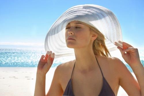 Hạn chế tiếp xúc với ánh nắng mặt trời để bảo vệ da sau khi triệt lông