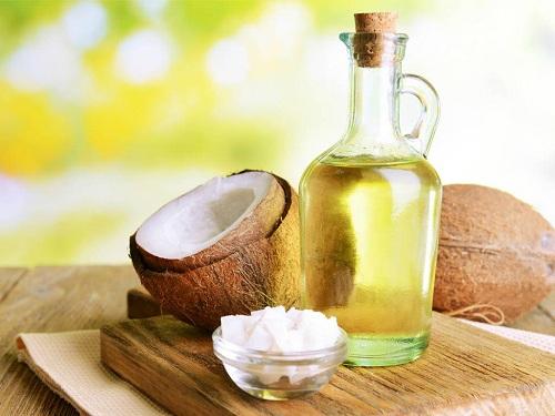 Dầu dừa là nguyên liệu không thể thiếu trong tủ làm đẹp của các eva.