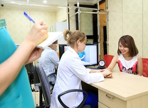 Khách hàng đến Thu Cúc được chuyên gia thăm khám và tư vấn liệu trình điều trị