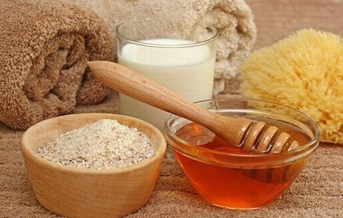 Sử dụng cám bạo, mật ong trị viêm nang lông là phương pháp làm đẹp đơn giản dễ thực hiện tại nhà