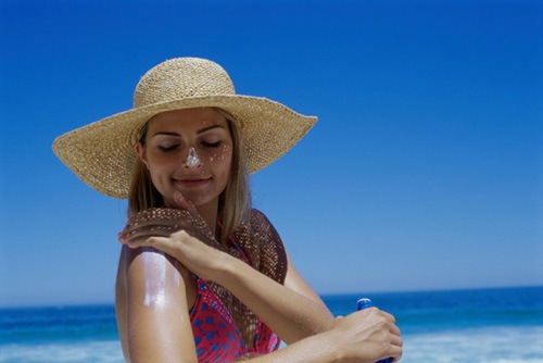 Hạn chế tiếp xúc ánh nắng mặt trời giúp duy trì vẻ đẹp lâu dài cho làn da