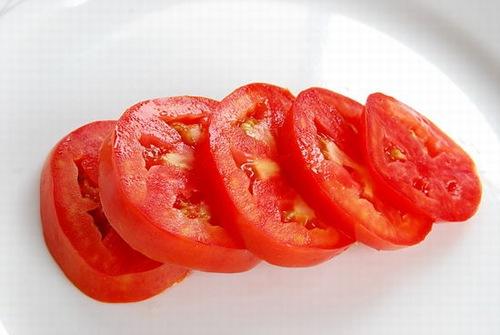 Cà chua có công dụng làm đẹp được nhiều người ưa chuộng. Nguyên liệu trên không chỉ đánh bay mụn mà chúng còn có khả năng cải thiện các vấn đề về sắc tố da. Với những đốm mụn cứng đầu, bạn chỉ cần dùng2 – 3 trái cà chua xay nhuyễn và lọc lấy phần nước, sau đó chà lên mụn.