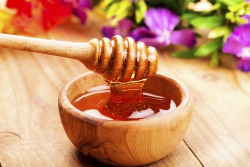 Mật ong cũng là một trong những loại nguyên liệu làm đẹp cho làn da và được nhiều người yêu thích. Mật ong cũng là cách giúp đánh bay những nốt mụn trên da hiệu quả. Theo đó bạn chỉ cần sử dụng mật ong nguyên chất sau đó thoa một lượng nhỏ lên vùng da bị mụn, để trong khoảng 15 phút và rửa sạch.