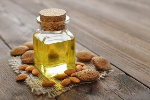 Một số tinh dầu có thể trị mụn như dầu oliu, tinh dầu hoa hồng, tinh dầu hạnh nhân... Cách thực hiện cũng khá đơn giản, bạn chỉ cần trộn 1 muỗng cà phê mật ong với 2 giọt tinh dầu mình thích, tiếp đến xoa đều chúng lên khắp vùng bị mụn. Để trong khoảng 15-20 phút và rửa lại bằng nước ấm, áp dụng đều đặn để thấy được hiệu quả rõ rệt.