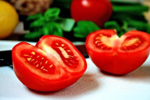 Không chỉ có khả năng trị mụn hiệu quả, cà chua còn đem đến tác dụng nuôi dưỡng làn da trắng sáng. Theo đó bạn chỉ cần thái cà chua thành lát mỏng, tiếp đến đắp lên mặt, thư giãn chừng 4 - 5 phút thì rủa lại với nước ấm. Áp dụng đều đặn 1 lần/ ngày, màu da sẽ được cải thiện, những đốm mụn cứng đầu sẽ được loại bỏ.