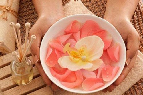 Cách triệt lông chân an toàn bằng phèn chua và nước hoa hồng được phụ nữ Ấn Độ và Pakistan áp dụng rất phổ biến.