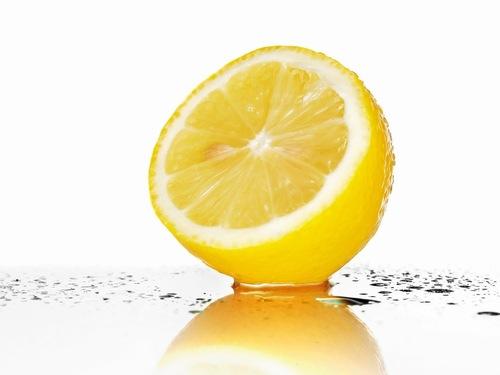 Chanh giàu vitamin C có tác dụng thu nhỏ lỗ chân lông và dưỡng trắng da. Bên cạnh đó thành phần axit citric trong nguyên liệu này khá hữu hiệu trong việc tẩy tế bào chết, làm sạch bụi bẩn, giúp lỗ chân lông luôn thông thoáng. Theo đó bạn chỉ cần sử dụng nước cốt chanh, tiếp đến chà lên vùng da cần điều trị kết hợp mát xa nhẹ nhàng.
