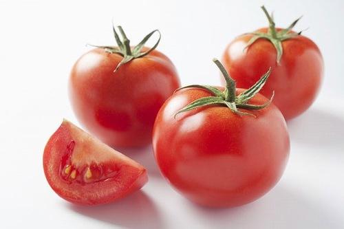 Bên cạnh khả năng nuôi dưỡng làn da trắng sáng, cà chua còn đem đến tác dụng se khít lỗ chân lông hiệu quả tại nhà. Bạn có thể trộn 1 thìa nước ép cà chua cùng 1 thòa mật ong, tiếp đến thoa hỗn hợp này lên da, kết hợp mát xa nhẹ nhàng. Thư giãn chừng 4 - 5 phút thì rửa lại với nước ấm, thấm khô bằng khăn mềm.