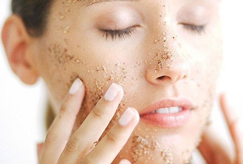 Tẩy da chết giúp bụi bẩn bã nhờn được loại bỏ trên bề mặt da