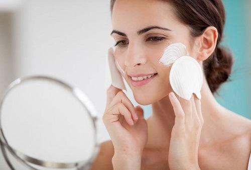 Để cung cấp dưỡng chất cho làn da vào mùa hè, ngay từ bây giờ bạn nên thoa kem dưỡng mỗi ngày