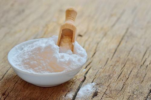 Không chỉ giúp chữa viêm nang lông, baking soda còn có tác dụng giảm mọc lông ngược, xoa dịu cơn ngứa da và tiêu mẩn đỏ hiệu quả.