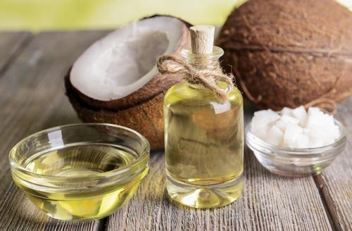 Dầu dừa là nguyên liệu không thể thiếu khi điều trị viêm nang lông.
