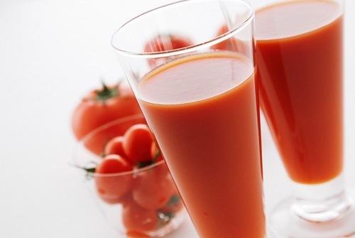 Cà chua giàu axit tự nhiên ngoài khả năng trị thâm nách, chúng còn có tác dụng khử mùi hôi rất hiệu quả. Bạn cần chuẩn bị 2 quả cà chua, tiếp đến rửa sạch xay nhuyễn chắt lấy nước. Sau đó chà dung dịch này lên vùng da cần điều trị, kết hợp mát xa nhẹ. Thực hiện đều đặn mỗi ngày để đạt hiệu quả tốt nhất.