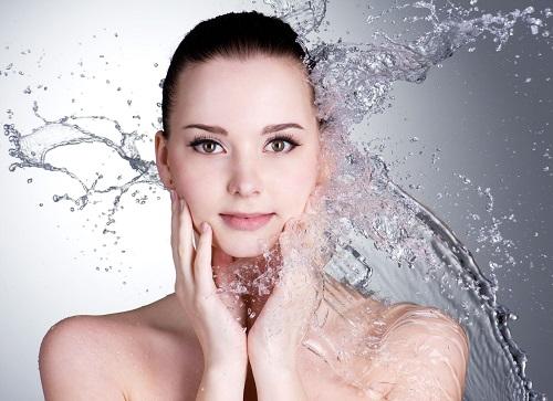 Làm sạch da mỗi ngày để ngăn chặn vi khuẩn gây mụn phát triển và lây lan