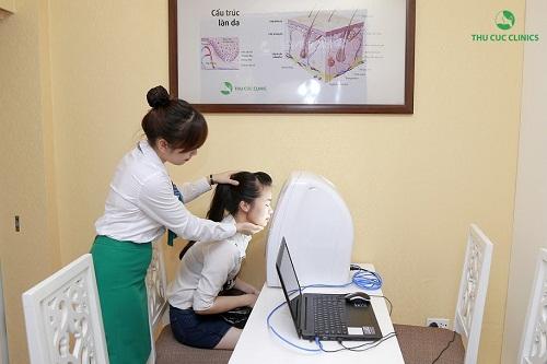 Khách hàng bị mụn cần được soi da để xác định hiện trạng thẩm mỹ, từ đó đề ra giải pháp điều trị hiệu quả