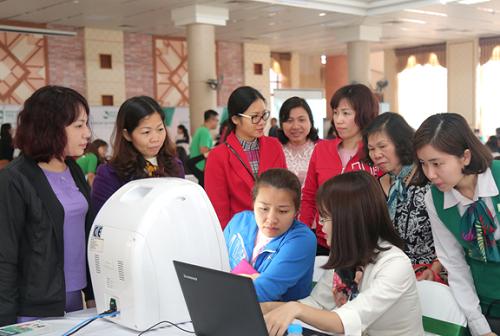 """Là khách hàng """"ruột"""" của Thu Cúc Clinic Bắc Ninh, chị Vân Anh (phường Đại Phúc – Tp. Bắc Ninh) vui mừng khi được tham gia sự kiện thăm khám sức khỏe và tư vấn làm đẹp. Chị cũng tranh thủ đăng ký liệu trình chăm sóc da để nhận ưu đãi đến 45% - duy nhất trong ngày 11/3."""