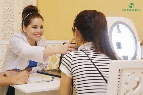 Chuyên gia Thu Cúc Clinics đang tư vấn về phương pháptriệt lông mặt cho khách hàng.