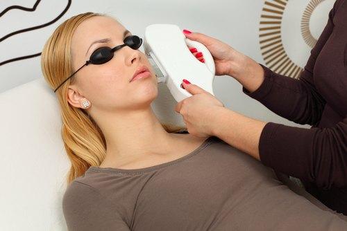 Ngày càng có nhiều chị em lựa chọn liệu pháp laser để triệt lông mặt.