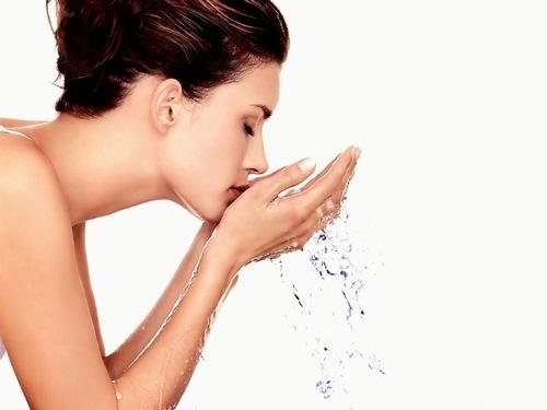 Làm sạch da mặt giúp bụi bẩn bã nhờn được loại bỏ, nhằm cải thiện tình trạng mụn lây lan và phát triển