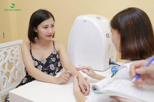 Chuyên viên Thu Cúc Clinics đang tư vấn về phương pháp tắm trắng cho khách hàng.